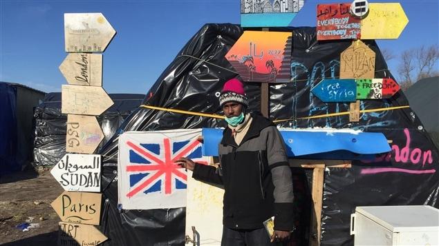 Un migrant devant son abri de fortune dans le bidonville des r�fugi�s de Calais, en France