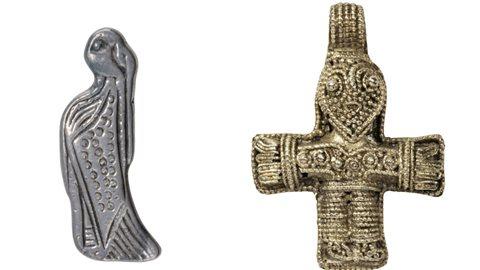 Pendentif � l'effigie d'une Valkyrie et pendentif en croix trouv� dans la tombe d'une femme tr�s fortun�e