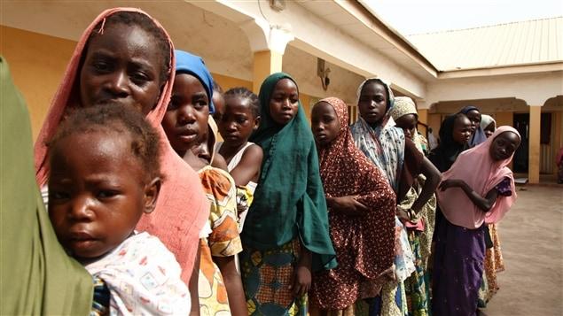 Jeunes filles secourues des mains de Boko Haram par des soldats nigérians, en mai 2015