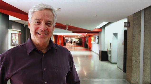 Charles Tisseyre dans les couloirs de la Maison de Radio-Canada, à Montréal