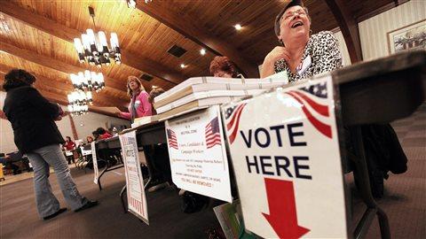 Les employés d'un bureau de vote de l'Ohio