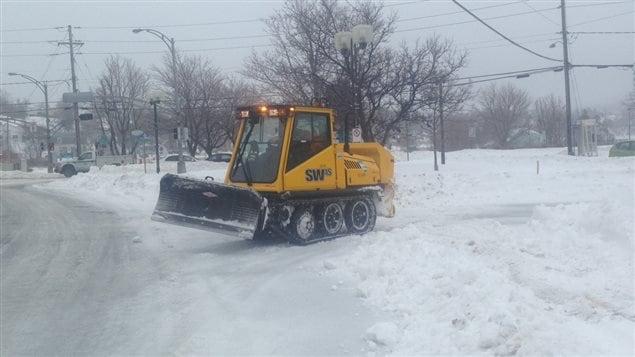 Les services municipaux s'affairent à enlever la neige à Matane. Les rues sont glacées.