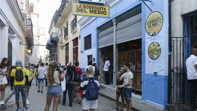 Des touristes devant un restaurant � La Havane