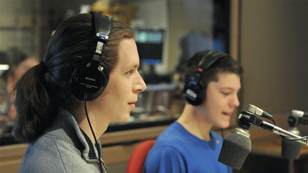 Marc-Andr� Galbrand, charg� de projet pour la Fondation Sur la pointe des pieds, et Nicolas Desc�teaux, un jeune en r�mission d'un cancer