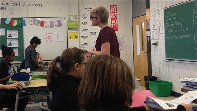 L'enseignante Julie Gagnon avec une classe du PEI, � l'�cole secondaire P�re-Marquette.