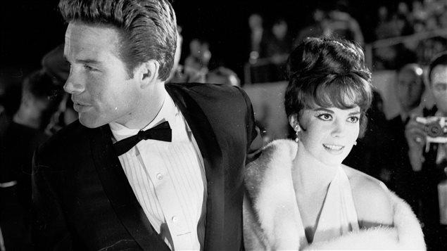 Les acteurs Warren Beatty et Natalie Wood sur le tapis rouge de la c�r�monie des Oscars de 1962