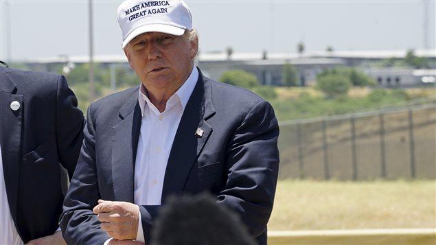 Donald Trump, à la frontière entre les États-Unis et le Mexique, à Laredo, au Texas, où il dit vouloir ériger un mur pour freiner l'immigration illégale et le trafic de drogue (23 juillet 2015).