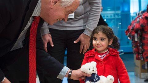 John McCallum salut une jeune réfugié