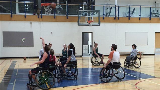 Séance d'entraînement de Kailey Baum avec le Club '99, l'équipe senior de basketball en fauteuil roulant.