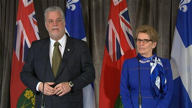 Philippe Couillard et Kathleen Wynne, en conférence de presse mercredi avant-midi.
