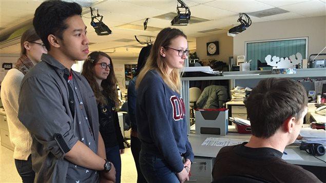 Les participants du projet Jeun'info Manitoba 2016 visitent les studios et les bureaux de Radio-Canada.