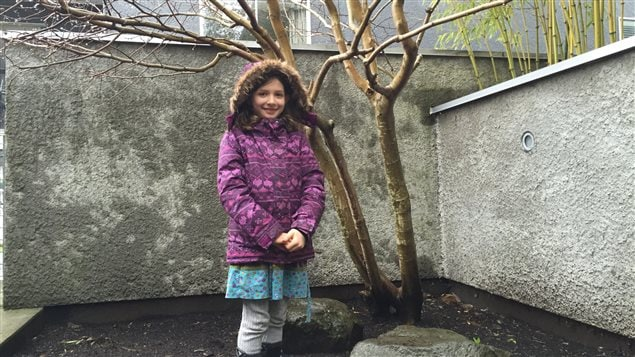 Lola devant l'arbre qu'elle veut sauver