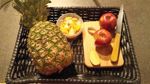 Pour des fruits faciles � emporter : la pomme et l��lastique, les fruits et le cure-dent