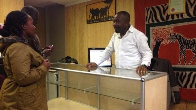 Le directeur du Centre d'intégration pour immigrants africains, Paul Mulangu, reçoit Mami Williams arrivée en C.-B. le 25 septembre 2015 depuis un camp de réfugiés en Côte d'Ivoire .  Photo :  Geneviève Milord/ICI Radio-Canada