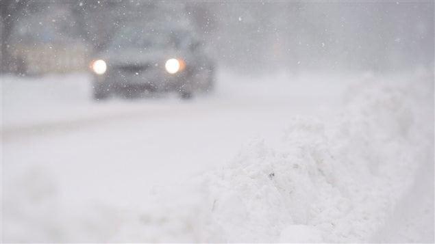 Lors d'une tempête, circuler en voiture peut être périlleux.