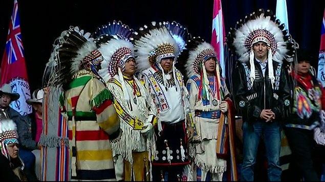 Le premier ministre Justin Trudeau a reçu une coiffe autochtone traditionnelle, symbole de bravoure et de respect.