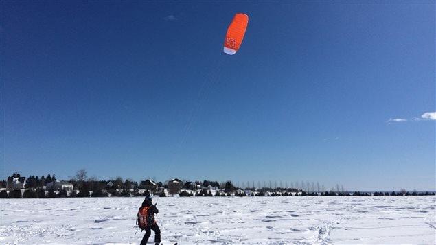 La pratique du ski aérotracté nécessite des habiletés technique et une bonne évaluation des conditions climatiques.