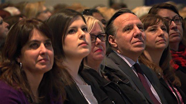 Des participantes (et un participant) au Sommet des femmes, dont la députée péquiste Véronique Hivon, le chef de la CAQ, François Legault, et la députée caquiste Nathalie Roy