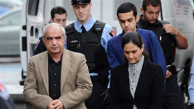 محمد شفيع وزوجته الثانية توبا يحيا وخلفهما الإبن حامد المحكومين بارتكاب جريمة شرف