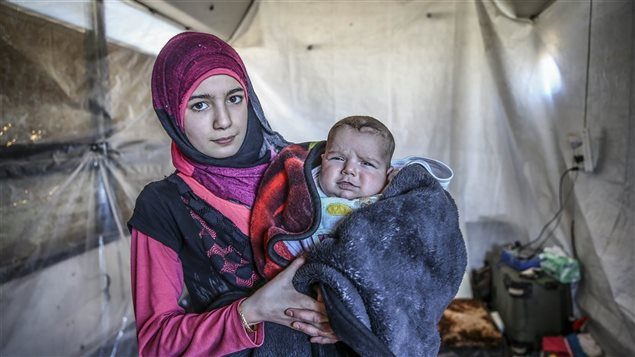 لاجئة سورية مع ابنها
