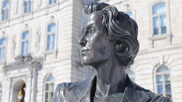 Therese Casgrain en el Monumento en homenage a las mujeres políticas en Quebec.