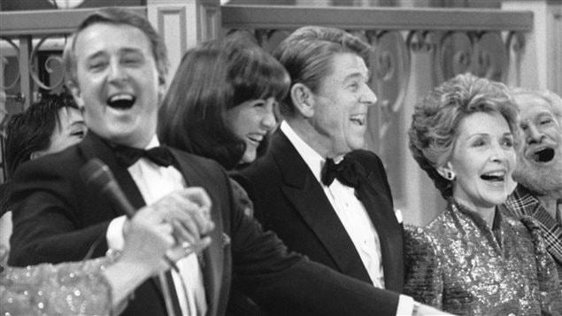 Le premier ministre Brian Mulroney et son épouse Mila, en compagnie du président Ronald Reagan et de la première dame Nancy Reagan, lors d'un gala à Québec en 1985.