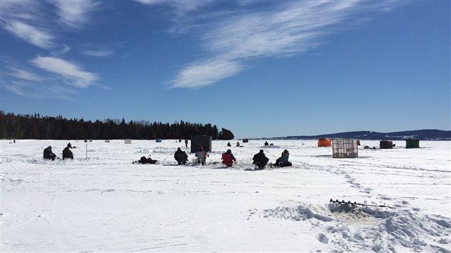 Les pêcheurs viennent d'aussi loin que Matane, Rimouski et Chandler pour taquiner l'éperlan à Escuminac