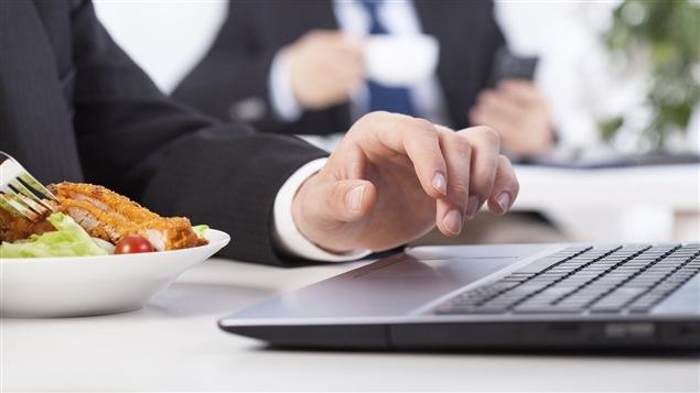 Près de 62 % des gens mangent leur lunch à leur bureau.