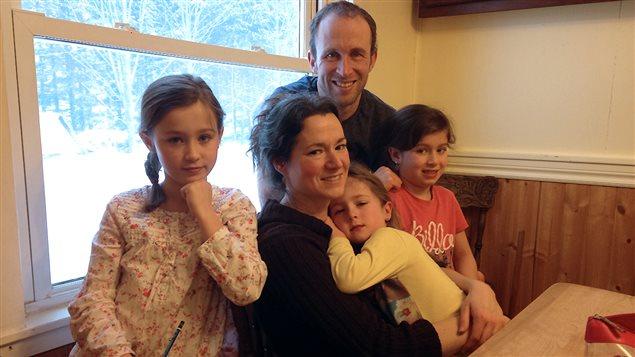 Robin LeBlanc et sa conjointe Rebecca et leurs filles