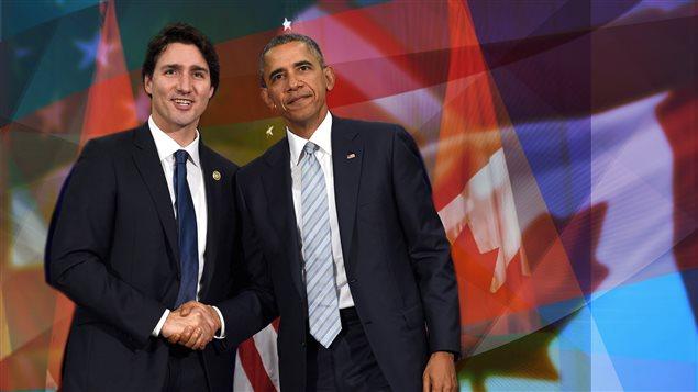 Justin Trudeau et Barack Obama se serrent la main.