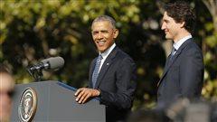 Le président américain, Barack Obama, et le premier ministre du Canada, Justin Trudeau plaisantent lors du discours d'accueuil à la Maison-Blanche.