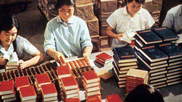 En 1971, des employés emballent des exemplaires du <em>Petit livre rouge</em> de Mao Tsé-Toung.