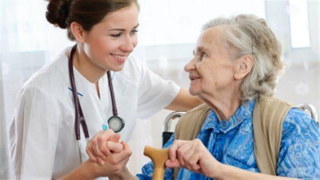 Une personne âgée accompagnée d'une infirmière