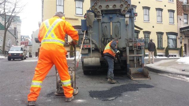 Réparation des nids-de-poule à Québec.