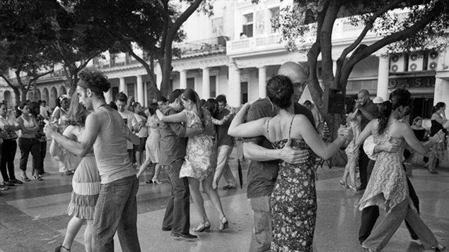 Danseurs sur une place de La Havane à Cuba
