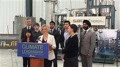 La première ministre Rachel Notley fait une annonce pour le développement de biocarburants.