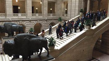 Greg Selinger et les membres du Nouveau Parti démocratique se rendent chez la lieutenante-gouverneure pour demander la dissolution de la chambre
