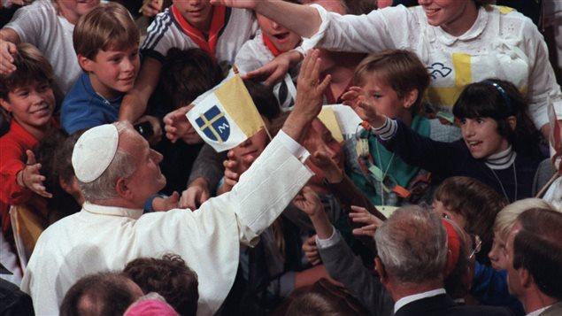 Le pape Jean-Paul II est accueilli par une foule d'enfants lors de son passage à Montréal, le 11 septembre 1984.