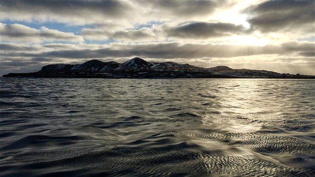 Horizon. Le soleil se couche sur l'île d'entrée