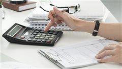 Une femme remplit une déclaration de revenus.