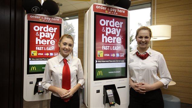Une borne libre-service chez McDonald's. Elle permet de commander des hamburgers personnalisés