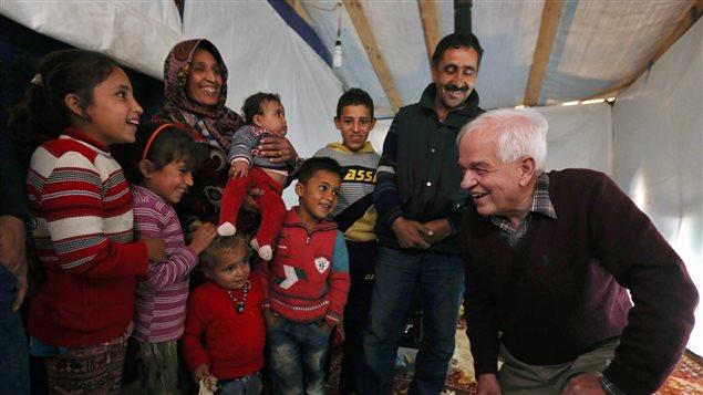 Le ministre de l'Immigration John McCallum avec une famille de réfugiés syriens au Liban en 2015