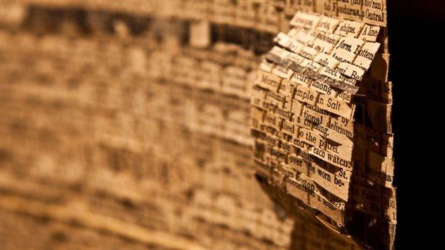 Des dictionnaires recyclés en œuvres d'art. Cette œuvre d'Éric Lesage est à la Galerie d'Art de la vallée de Comox.