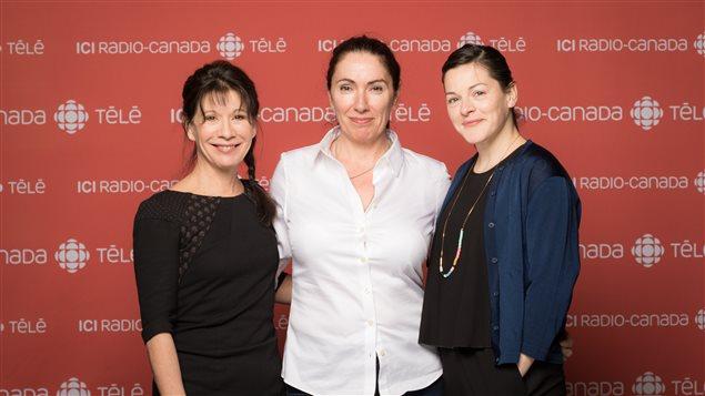 Les deux nouvelles vedettes de la série Lâcher prise, Sylvie Léonard et Sophie Cadieux entourent la scénariste Isabelle Langlois.