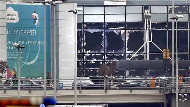 Des fenêtres brisées à l'aéroport international de Bruxelles