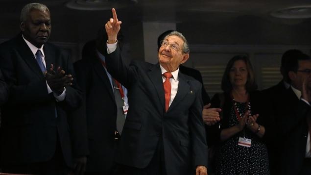 Le président cubain Raul Castro s'est abstenu de réagir pendant le discours d'Obama, mais s'est levé vers la foule après l'allocution de son homologue américain.