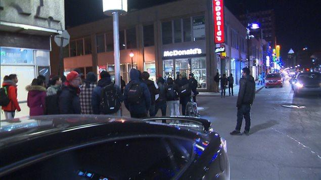 Des gens ont manifesté contre Marine Le Pen au centre-ville de Montréal.
