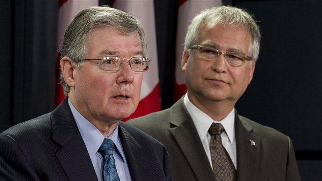 Le président du CNRC, John McDougall (à gauche), en compagnie de l'ex-ministre d'État aux Sciences et à la Technologie, Gary Goodyear. (archives)