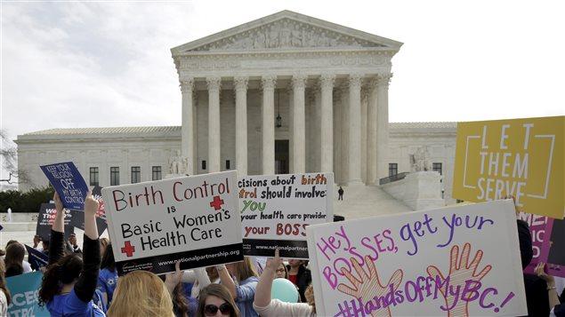 Des groupes de femmes manifestent devant la Cour suprême où des groupes religieux réclament de ne pas financer la contraception avec Obamacare.