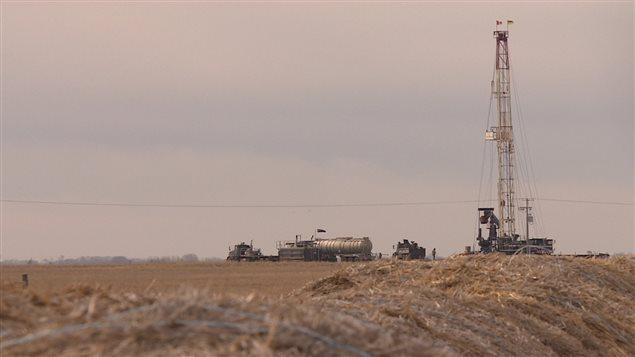 Une plateforme de forage au coeur des terres agricoles du Sud de la Saskatchewan.